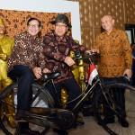 Seskab Pramono Anung, Mensesneg Pratikno disaksikan Kepala Staf Presiden Teten Masduki mencoba koleksi sepeda kuno, dalam pameran di aula Gedung III Kemensetneg, Jakarta, Rabu (24/8) siang. (Foto: Agung/Humas)