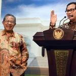 Seskab saat memberikan keterangan pers tentang Paket Kebijakan Ekonomi ke-13 di Kantor Presiden, Jakarta (24/8). (Foto: Humas/Rahmat)