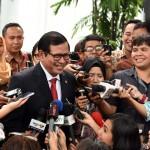 Seskab Pramono Anung menjawab pertanyaan wartawan usai pelantikan anggota KPU Hasyim Asy'ari, Senin (29/8) pagi, di Istana Negara, Jakarta. (Foto: Humas/Jay)