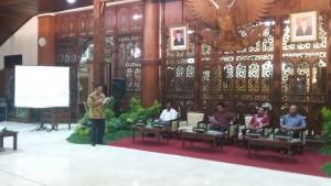 Wakil Bupati Tulungagung Maryoto Birowo menyampaikan laporan saat menyambut kunjungan kerja Komisi II DPR, yang dipimpin Al Muzamil Yusuf, di pendopo Pemkab Tulungagung, Jatim, Kamis (12/8) malam.