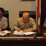 Kepala Staf Presiden Teten Masduki menandatangani MoU dengan Direktur Eksekutif INFID Sugeng Bahagijo dan Ketua Badan Pengurus BP2DK Semuel A Pangerapan, di Bina Graha, Jakarta, Kamis (25/8) siang.