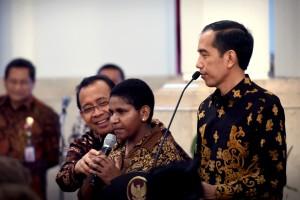Presiden Jokowi berdialog dengan salah seorang teladan nasional, di Istana Negara, Jakarta, Kamis (18/8) siang. (Foto: OJI/Humas)