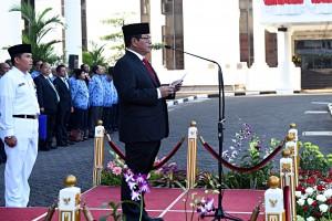 Seskab Pramono Anung saat memimpin upacara peringatan kemerdekaan ke-71 RI di Lingkungan Kemensetneg dan Setkab, Jakarta (17/8). (Foto: Humas/Rahmat)