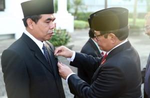 Seskab Pramono Anung saat menyematkan tanda penghargaan kepada pejabat/pegawai di lingkungan Kemensetneg dan Setkab di Jakarta (17/8). (Foto:Humas/Rahmat)