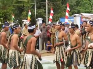 Warga dengan busana adat Pulau Enggano