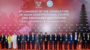 Presiden Jokowi berfoto bersama peserta Kongres ke-3 MK se-Asia, Kamis (11/8) pagi, di Bali.