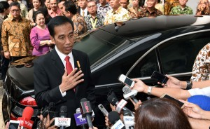 Presiden Jokowi menjawab pertanyaan wartawan usai Pameran Koleksi Seni Rupa Istana Kepresidenan Republik Indonesia, di Galeri Nasional, Jakarta, Senin (1/8) pagi. (Foto: Humas/Jay)
