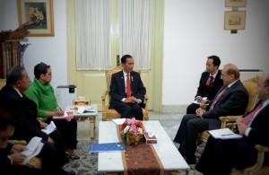 Presiden Jokowi dengan Deputi PM untuk Hubungan Ekonomi dan Menteri Industri Yordania Naser Judeh, Selasa (2/8), di Istana Merdeka, Jakarta. (Foto: Humas/Oji)