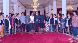 Presiden bersama perwakilan masyarakat Kendeng usai pertemuan di Istana Negara, Selasa (2/8) siang. (Foto: BPMI/Edi)