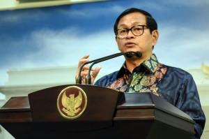 Seskab Pramono Anung memberikan keterangan pers usai ratas di Kantor Presiden, Jakarta, Jumat (12/8) sore. (Foto: Humas/Rahmat)