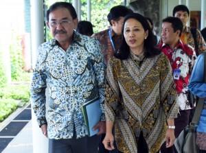 Menteri BUMN Rini Soemarno dan Waseskab Bistok Simbolon usai mengikuti ratas di Kantor Presiden, Jakarta, Jumat (12/8) sore. (Foto: Humas/Rahmat)