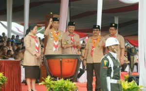 Presiden Jokowi didampingi Menko PMK, Menpora, Menkominfo, dan Ketua Kwarnas Gerakan Pramuka memukul timpani sebagai tanda Peresmian Pembukaan Jamnas X, Minggu (14/8) pagi, di Buperta, Cibubur. (Foto: Humas/Jay)