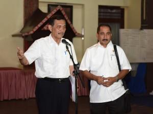 Menko Kemaritiman Luhut B Pandjaitan dan Menpar Arief Yahya memberikan keterangan pers usai ratas, Sabtu (20/8) malam, di Inna Parapat, Simalungun, Sumut. (Foto: Humas/Anggun)