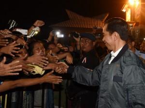 Presiden Jokowi disambut antusias masyarakat di arena Panggung Apung, Pantai Bebas Toba, Sumut, Sabtu (20/8) malam. (Foto: Humas/Nia)