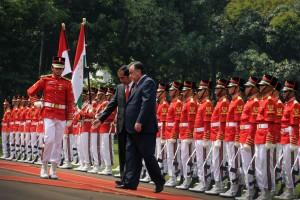 Presiden Jokowi dan Presiden Emomali Rahmon memeriksa pada upacara kenegaraan, Senin (1/8) pagi, di Istana Merdeka, Jakarta. (Foto: Humas/Oji)