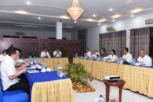 Presiden memimpin ratas mengenai percepatan implementasi poros maritim, Sabtu (20/8), di Hotel Inna Parapat, Simalungun, Sumut. (Foto: Humas/Anggun)