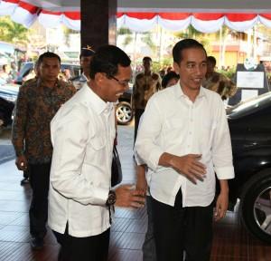 Presiden Jokowi disambut Bupati Simalungun JR Saragih saat tiba di Hotel Inna Parapat, kawasan Danau Toba, Sumut, Sabtu (20/8) sore. (Foto: Humas/Anggun)