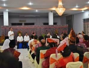 Presiden bertemu dengan masyarakat di kawasan Danau Toba, Sabtu (20/8) malam, di Hotel Inna Parapat, Sumut. (Foto: Humas/Nia)