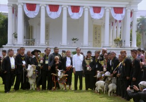 Presiden Jokowi berfoto bersama dengan peternak domba Garut dan kambing, Sabtu (27/8), di Kebun Raya Bogor. (Foto: Humas/Oji)