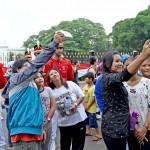 Masyarakat selfie bersama Pasukan Jaga Istana Kepresidenan, Minggu (28/8) pagi, di halaman luar Istana Merdeka, Jakarta. (Foto: BPMI/Rusman)