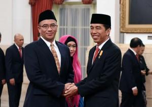 Presiden Jokowi memberikan ucapan selamat kepada Hasyim Asya'ri