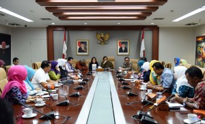 Seskab Pramono Anung didampingi Waseskab Bistok Simbolon menerima 30 perwakilan Bidan PTT dan Tenaga Honorer bersama Anggota DPR Rieke Diah Pitaloka, Senin (29/8), di Ruang Rapat Seskab, Gd. III Kemensetneg, Jakarta. (Foto: Humas/Jay)