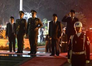 Presiden Jokowi didampingi Wapres JK memimpin renungan suci, di TMP Kalibata, Rabu (17/8) dini hari. (Foto: BPMI/Kris)