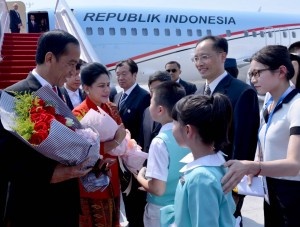 President Joko Widodo and First Lady Ibu Iriana receive flower bouquets from the PRC's children when arriving at Hangzhou Airport, PRC, on Friday (2/9) afternoon (Picture: Laily/Secretariat of the President)