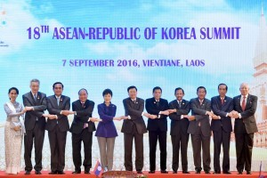 President Jokowi takes a group photo with ASEAN Heads of State/Heads of Government and President of South Korea on Wednesday (7/9), at the National Convention Center, Vientiane, Laos