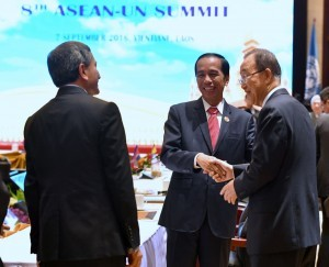 President Jokowi has a nice conversation with Secretary-General of the United Nations Ban Ki-moon on the sidelines of the ASEAN-United Nations Summit on Wednesday (7/9), at the National Convention Center, Vientiane, Laos
