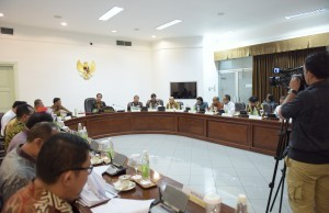 President Joko Widodo leads a limited meeting discussing marine and fishing industries, at the Presidential Office, Jakarta, on Tuesday (13/9) afternoon (Picture: Deny. S/Public Relations Office)