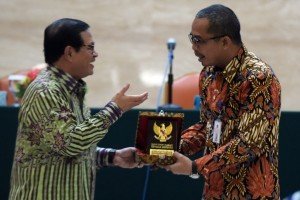 Cabinet Secretary Pramono Anung hands a memento to the speaker of Tax Anmesty Dissemination Suryo Utomo on Thursday (15/9), at the Building III of the Ministry of State Secretariat