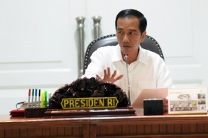 President Jokowi chairing the limited meeting at the presidential office, Jakarta, Friday (16/9) afternoon. (Photo: Rahmat/PR)