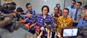 Minister of Finance Sri Mulyani Indrawati accompanied by Director General of Taxation responds to reporters' question on Singapore's support to Tax Amnesty Program on Thursday (15/9), in Jakarta
