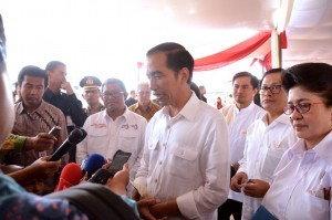 President Jokowi is interviewed after providing supplementary feeding in Rancaekek, West Java (17/9). (Photo: Public Relations/Agung)