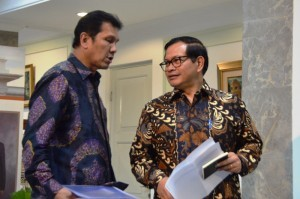Cabinet Secretary PramonoAnung and Minister of State Apparatus Empowerment and Bureaucratic Reforms AsmanAbnur are about to give a press statement at the Presidential Office, Jakarta, Tuesday (20/9) (Photo by: Public Relations Division/Deni)