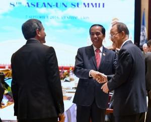 Presiden Jokowi beramah tamah dengan Sekjen PBB Ban Ki-moon di sela-sela acara KTT ASEAN - PBB, di National Convention Centre (NCC), Vientiane, Laos, Rabu (7/9). (Foto: Laily/Setpres)
