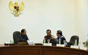 President Jokowi is having a discussion with Minister of State Secretary Pratikno and Cabinet Secretary Pramono Anung before leading a limited meeting at the Presidential Office, Jakarta (21/9)