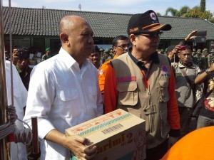 Presidential Chief of Staff Teten Masduki hands over the President's assistance to the victims of flash flood and landslide in Garut, West Java, on Thursday (22/9).
