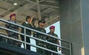Presiden Jokowi menyaksikan latihan Armada Jaya XXXIV/2016, di Banongan, Asem Bagus, Situbondo, Kamis (15/9) pagi. (Foto: JAY/Humas)