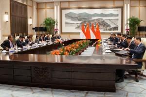 Pertemuan bilateral Presiden Jokowi dan Presiden Xi Jinping bersama delegasi kedua negara di West Lake State Guest House, Huangzhou, RRT, Jumat (2/9) siang waktu setempat. (Foto: Humas/Murti)