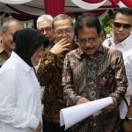 Menteri ATR/Kepala BPN Sofyan Djalil menunjukkan data kepada Walikota Surabaya Tri Rimaharini, di Balai Desa Made, Kelurahan Made, Kecamatan Lakarsantri, Surabaya, Senin (26/9).