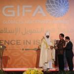 "Presiden Jokowi saat menerima anugerah dalam acara Global Islamic Finance Awards ""Exellence In Islamic Finance"" di Hotel Fairmont, Jakarta, Kamis (29/9) malam. (Foto: Humas/Oji)"