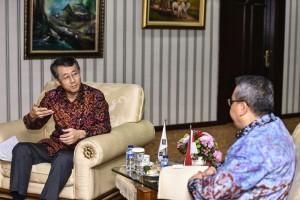Dubes Korea Taiyoung Cho berdiskusi dengan mengunjungi Menteri Desa, Pembangunan Daerah Tertinggal, dan Transmigrasi, Eko Sandjojo, di ruang kerjanya, Jakarta, Kamis (15/9).