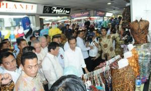 Presiden Jokowi bersama Presiden Filipina Rodrigo Duterte melakukan 'blusukan' di pusat grosir Pasar Tanah Abang, Jakarta, Jumat (9/9) siang. (Foto: JAY/Humas)
