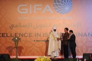 "Presiden Jokowi menerima anugerah dalam acara Global Islamic Finance Awards ""Exellence In Islamic Finance"" di Hotel Fairmont, Jakarta, Kamis (29/9) malam. (Foto: Humas/Oji)"