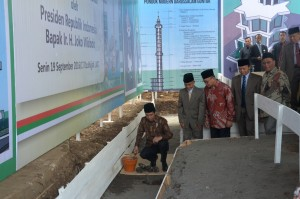 Presiden Jokowi meletakkan batu pertama pembangunan Masjid Jami' di Ponpes Gontor, Ponorogo, Jatim, Senin (19/9) siang. (Foto: OJI/Humas)