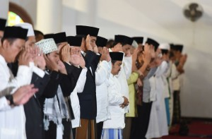 Presiden Jokowi melaksanakan Sholat Iedul Adha di Serang, Banten (12/9). (Foto: Humas/Jay)