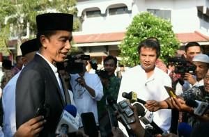 Presiden Jokowi menjawab pertanyaan wartawan usai melaksanakan Salat Idul Adha di Masjid Agung At Tsauroh, Serang, Banten (12/9). (Foto: Humas/Jay)