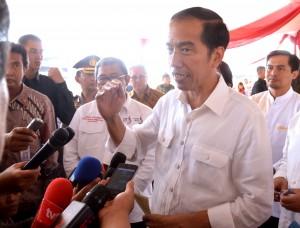 Presiden Jokowi menjawab pertanyaan wartawan usai melaksanakan pemberian makanan tambahan di Rancaekek, Jawa Barat (17/9). (Foto: Humas/Agung)